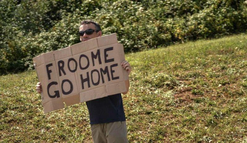 La tensión 'anti-Sky' continúa: Luke Rowe le quita una pancarta a un aficionado