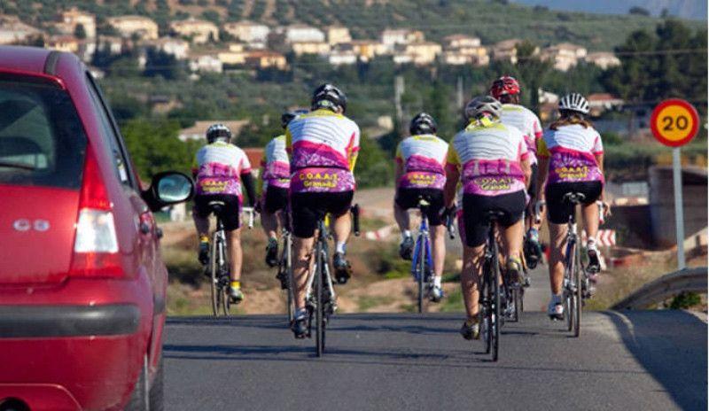 (VÍDEO) Los ocupantes de un vehículo amenazan e increpan a un grupo de ciclistas en Asturias