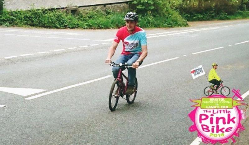 Un padre hará 340 km en una bici de niña en memoria de su hija fallecida