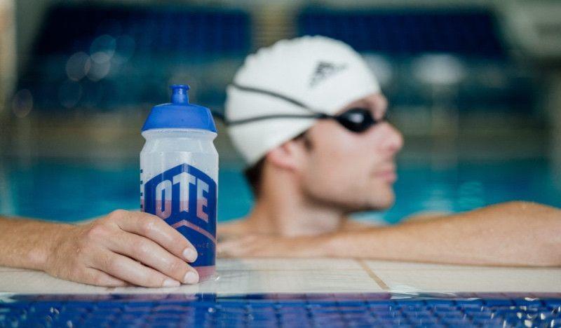 Por qué deberías empezar a beber durante tus entrenos de natación