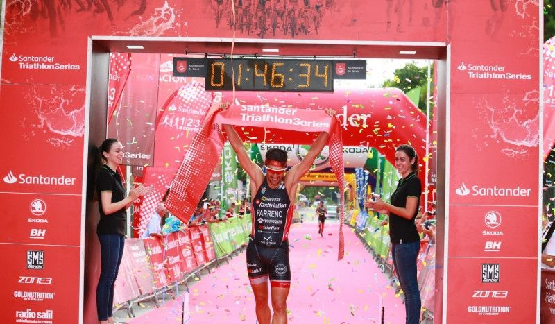 Albert Parreño e Indre Barkute ganan un Triatló de Gavà con 1.000 participantes