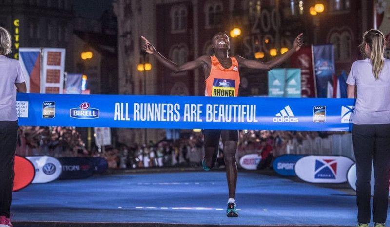 """(VÍDEO) Rhonex Kipruto, de 18 años, corre en 26:46 los 10 km, a 2"""" del récord mundial"""