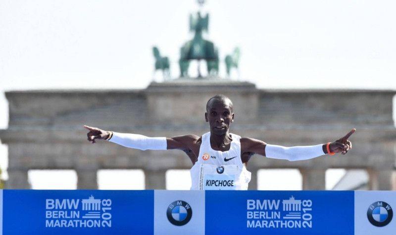 ¡¡2:01:39!! Kipchoge destroza el récord del mundo de maratón en Berlín