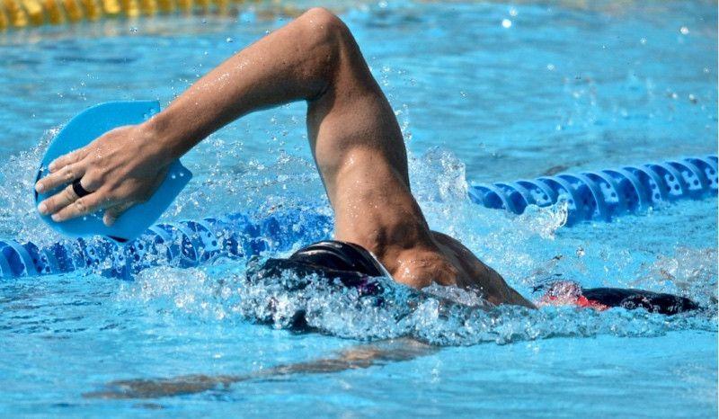 ¿Sabes qué consigues si mantienes la cabeza baja al nadar?