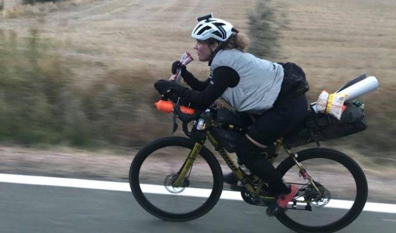 El nuevo récord de una ciclista escocesa: la vuelta al mundo en bici en 124 días