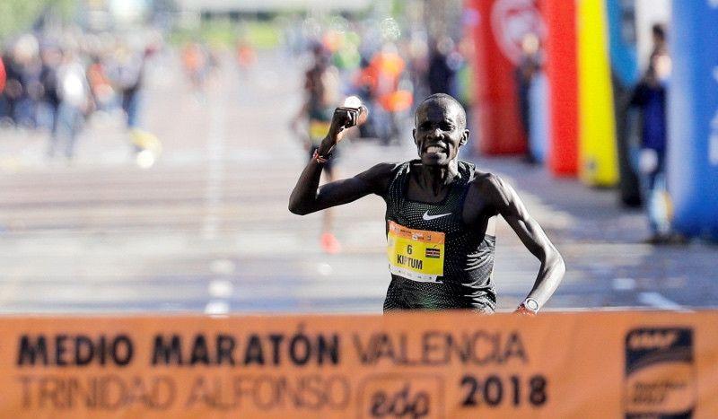 Kiptum bate el récord del mundo de medio maratón en Valencia