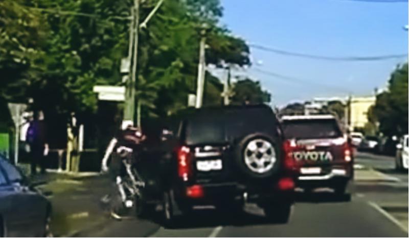 (VÍDEO) Un conductor atropella deliberadamente a un ciclista en Australia