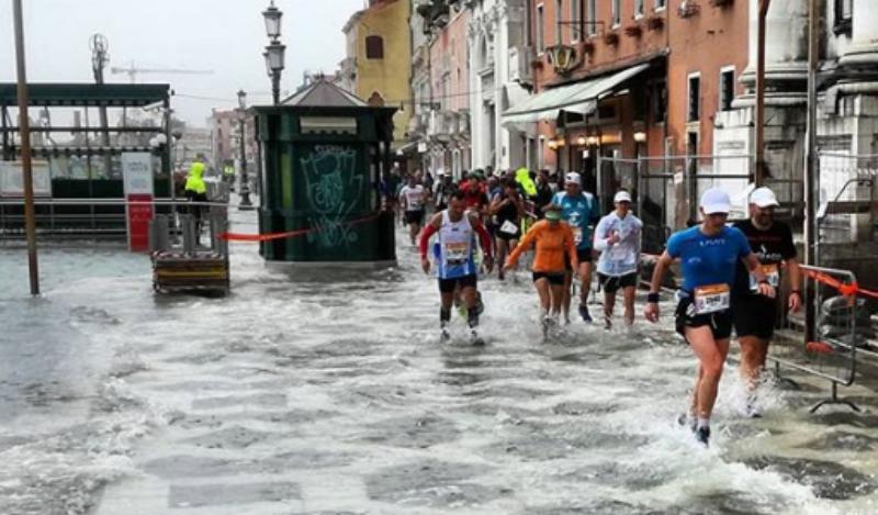 (VÍDEO) El maratón de Venecia se convierte... ¡en un acuatlón!
