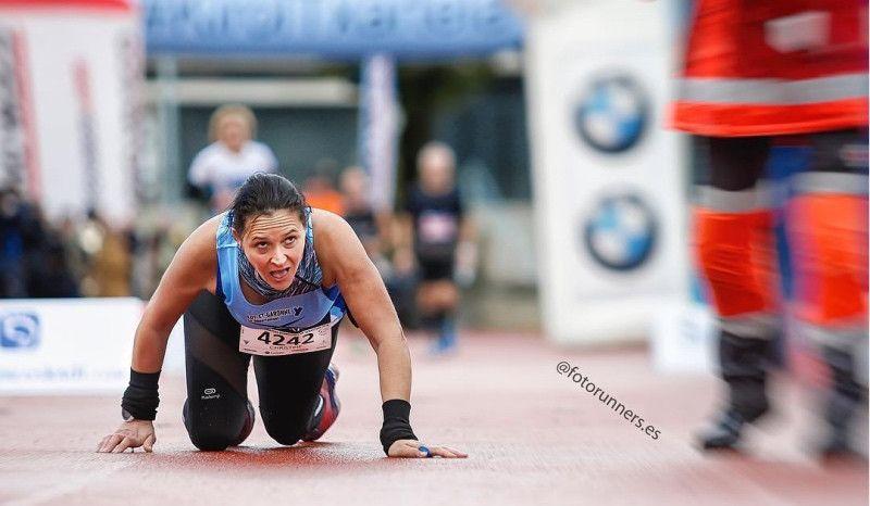 Una corredora termina a gatas el Maratón de San Sebastián