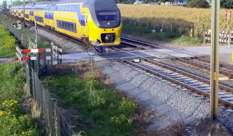 (VÍDEO) El colmo de la imprudencia: no le atropella un tren por centímetros