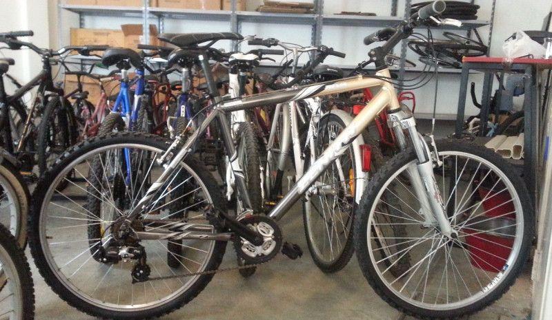 Dona esa bici vieja que hace años que no usas para los jóvenes de Guinea