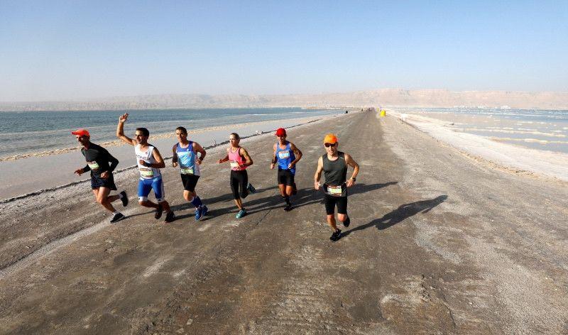 2.500 corredores se adentran en el Mar Muerto en el maratón más bajo del mundo