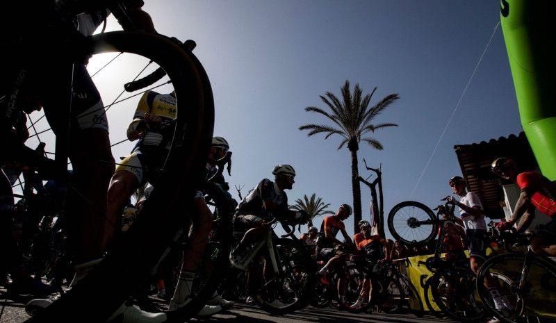 Rocían con aceite la carretera antes del paso de la Vuelta a Andalucía
