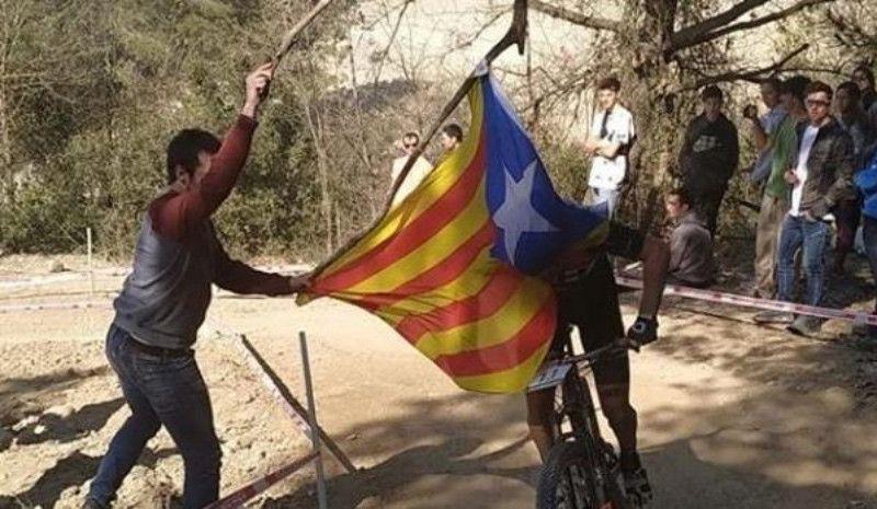 Un independentista derriba con su estelada a Carlos Coloma
