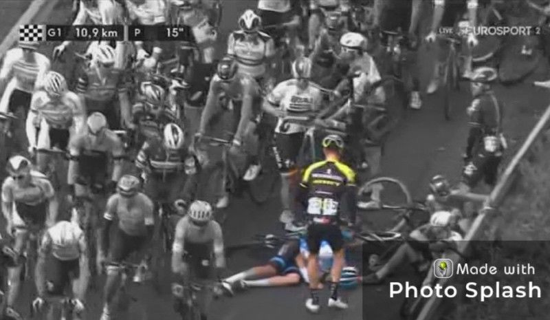 (VÍDEO) El ejemplar gesto de un ciclista que está emocionando a los aficionados