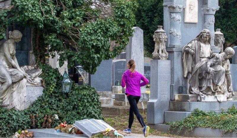 Viena debate si se permite correr por un cementerio o no