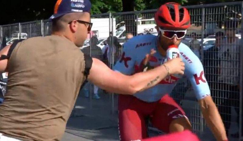 (VÍDEO) Máxima tension en el Giro: Haller se enfrenta a un aficionado por esto...