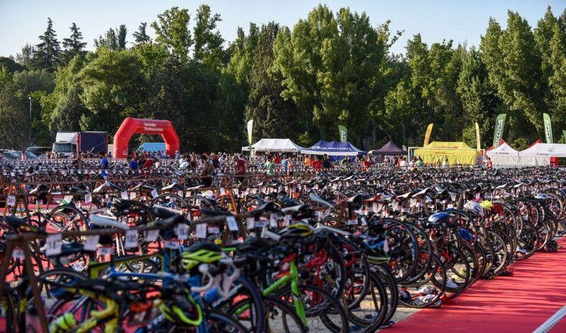 La Casa de Campo recibe a más de 3.600 deportistas en el Santander Triatlón de Madrid
