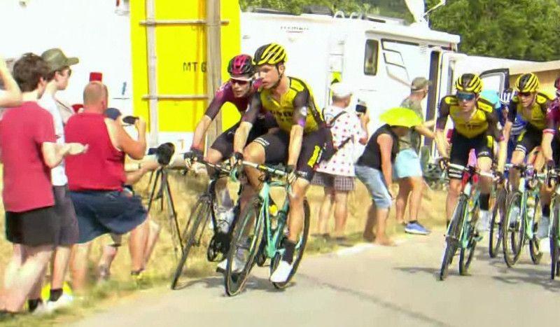(VÍDEO) Tony Martin y Luke Rowe, expulsados del Tour por este 'enganchón'