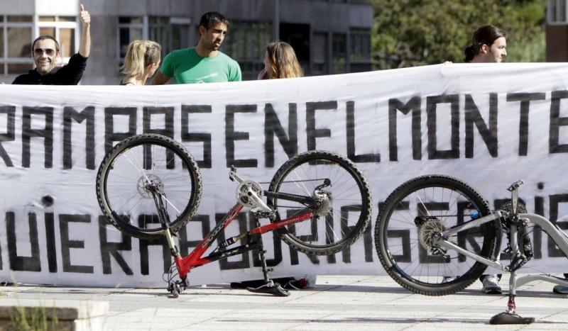 Absueltos los comuneros acusados de colocar la piedra que dejó parapléjico a un ciclista